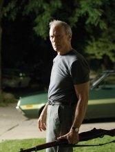 Clint Eastwood nel film Gran Torino
