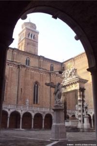 Veduta del chiostro della Ss.Trinità nel convento francescano di S.Maria dei Frari, sede dell'Archivio di Stato di Venezia.