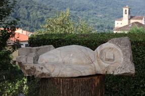 Dormiente, 2004, pietra dorata di Siena, 45x132x35 cm