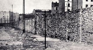 Muro del ghetto di Varsavia - Warsaw ghetto wall (Okopowa Street?) Foto pubblico dominio da Wikimedia