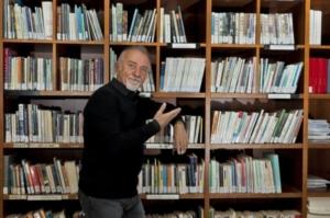 Giorgio Faletti in biblioteca foto di Franco Rabino