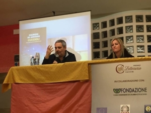 lo scrittore Maurizio De Giovanni presenta il suo nuovo romanzo.