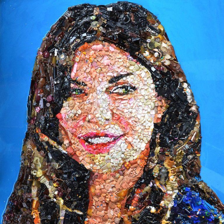 Artista Lady Be - opera Alba Parietti 2017 - materiali di recupero oggetti di plastica e resina su tavola cm-80x80